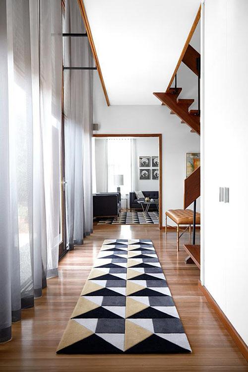 alfombra de pasillo con patrones geométricos