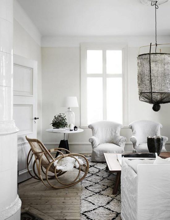 Alfombras y cálidos tejidos para decorar el salón de una casa escandinava
