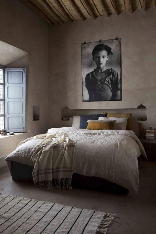 alfombra a rayas en un dormitorio