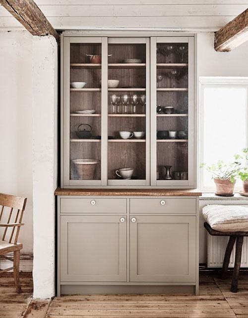 armario de madera en una cocina de estilo rústico