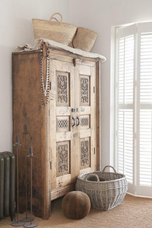 Armario de madera tallada