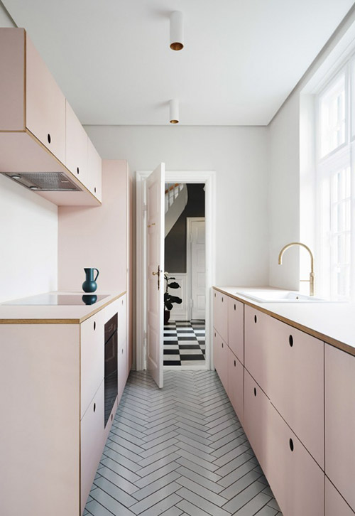 Armarios en una pared en una cocina pequeña
