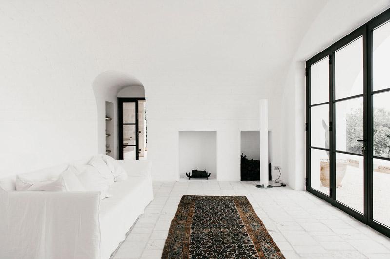 Interior minimalista en una masia de italia