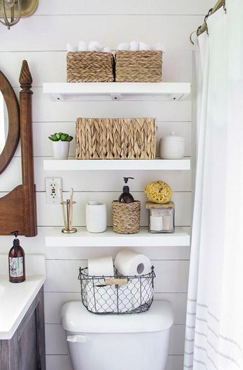 cestos de mimbre en la decoración de baños