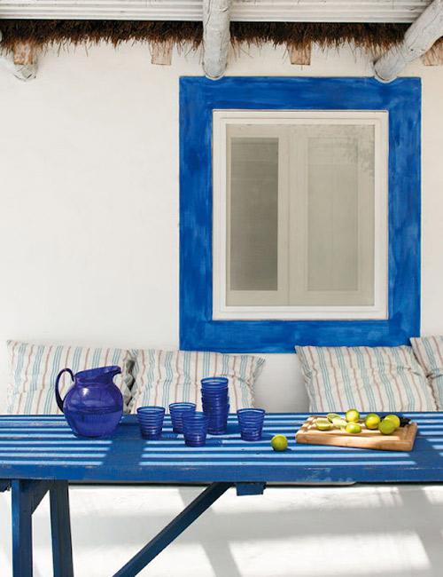 Azul y blanco en la decoración de porches de estilo mediterráneo