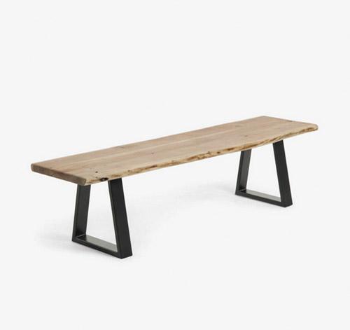 banco de madera y patas de acero negro