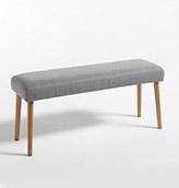 banqueta tapizada de tela con patas de madera