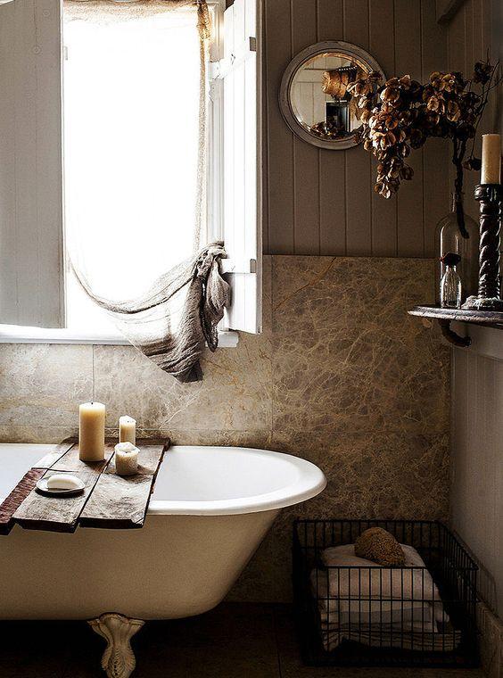 Clásica bañera antigua con patas de hierro fundido