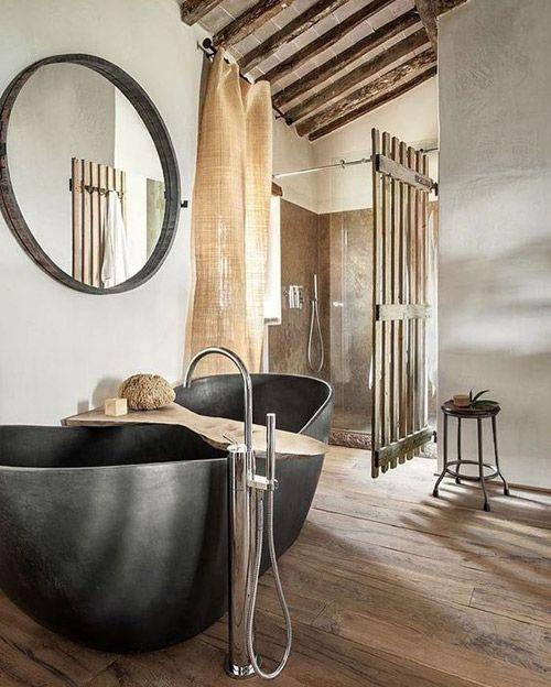 Bañera con patas en un lavabo de una casa de montaña