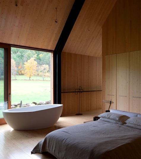 Bañera con patas frente a la ventana