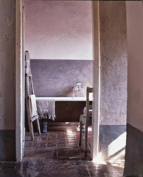 Baño rústico decorado con una escalera decorativa de madera