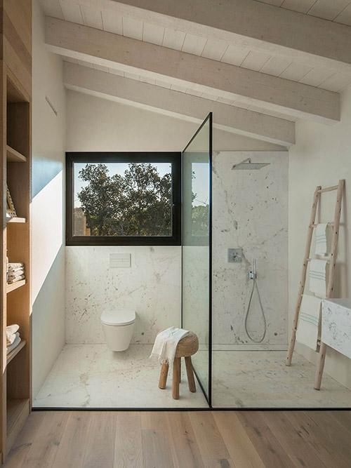 Cómo decorar un baño con una escalera decorativa de madera
