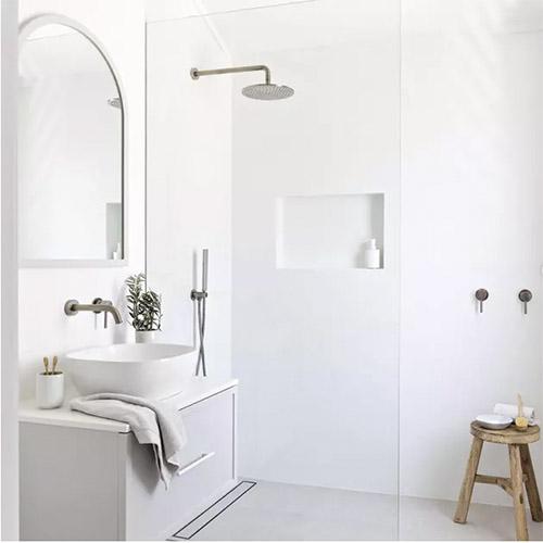 muebles de madera y el color blanco en los baños minimalistas
