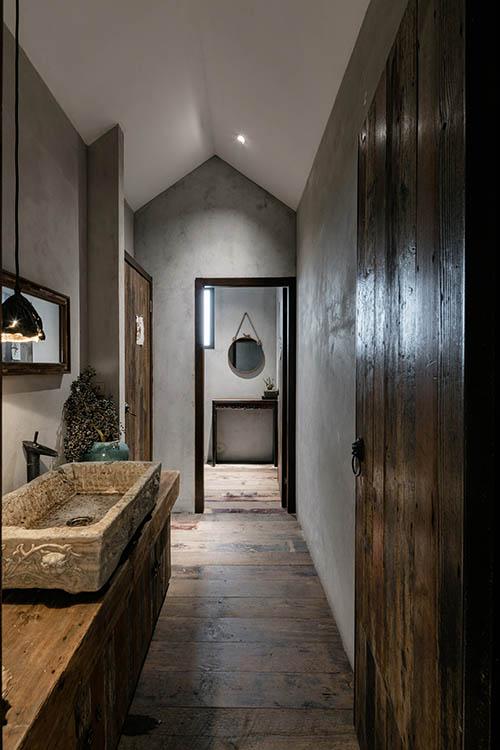 Piedra y madera en los baños de estilo rústico