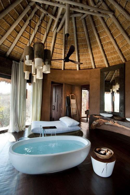 Bañera exenta en un resort de lujo