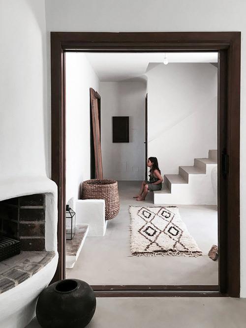 decoración de casas mediterraneas con alfombras beni ouarain