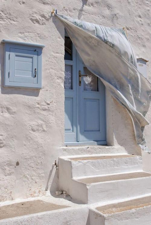 Paredes de color blanco para reflejar la luz en las casas mediterráneas