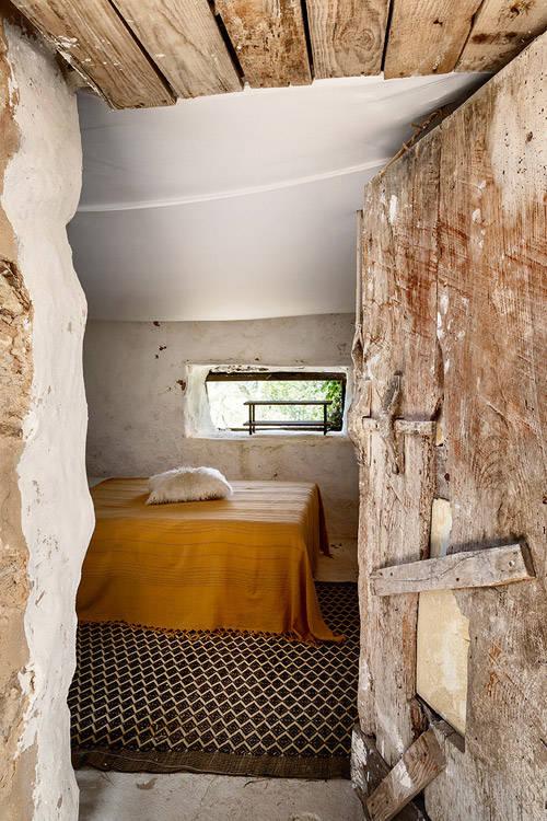 puertas y techos de madera en una casa de formentera