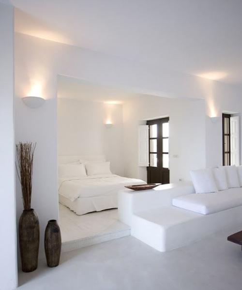 casa decorada en blanco con un estilo mediterraneo