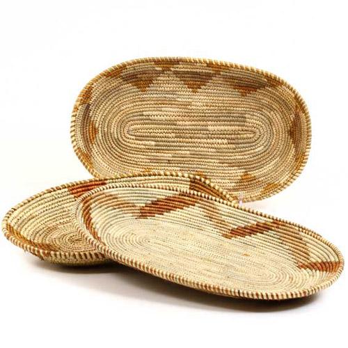 cestas a modo de bandeja para decorar la mesa del comedor