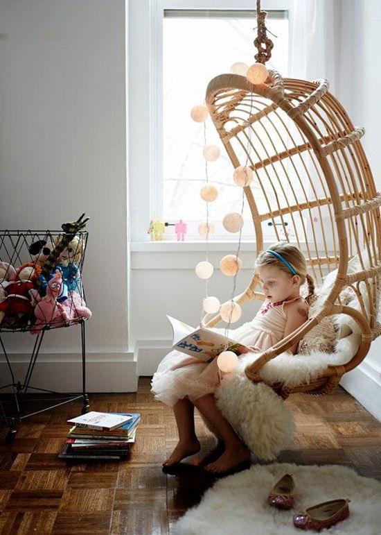 Decoración de la habitación de los niños con sillas colgantes