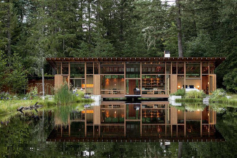 Cabaña de madera sobre un lago