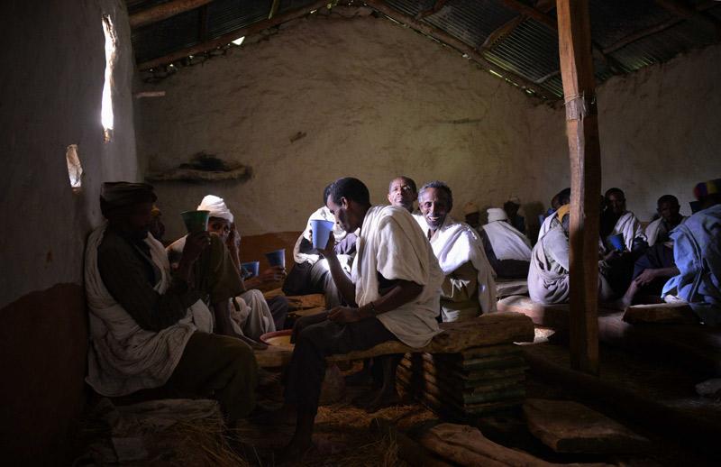 Hombre bebiendo café en Etiopía