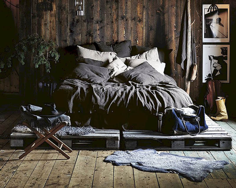 Cálidos edredones en una habitación de una casa de campo