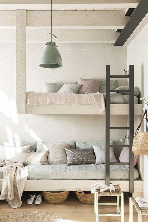 literas en un dormitorio juvenil de estilo rustico