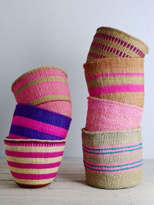 pequeños cestos de colores de kenia