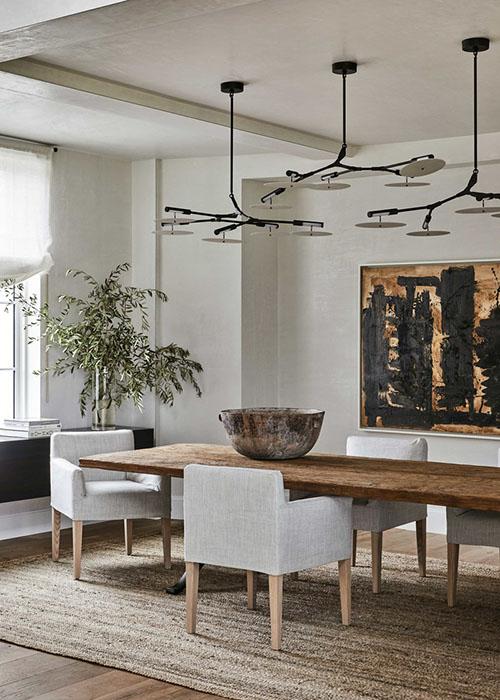 mesa de madera maciza y sillones de estilo nórdico