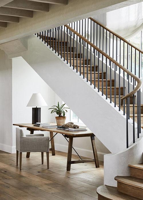 escritorio de madera debajo de una escalera