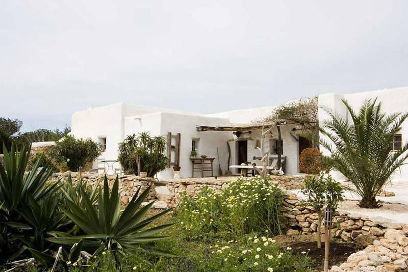 Una clásica casa mediterranea con sus paredes de cal pintadas de color blanco
