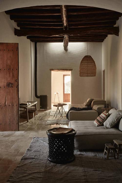 Vigas de madera y paredes encaladas en una casa mediterranea