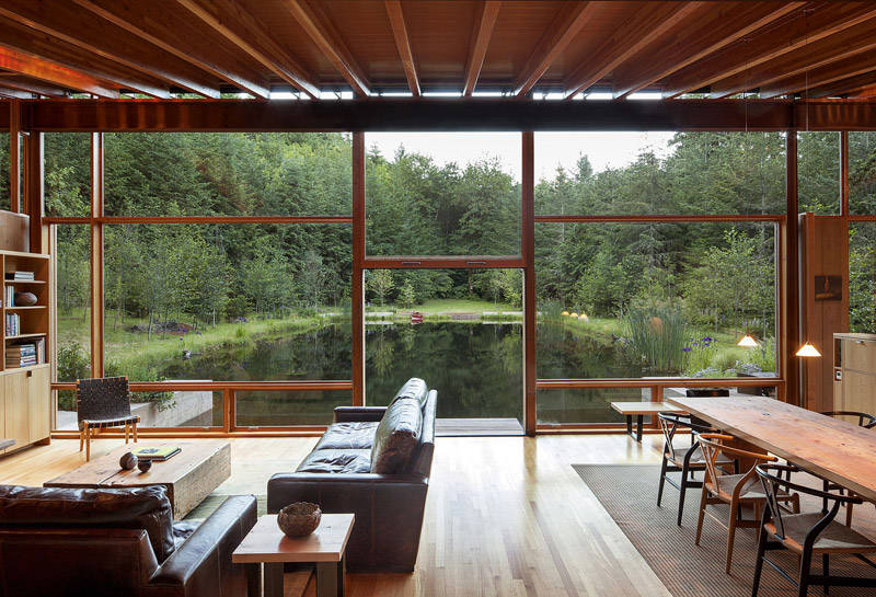 Casa de madera sobre un lago