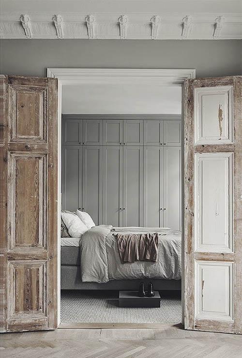 Tonos de marrón y gris en la decoración de un apartamento