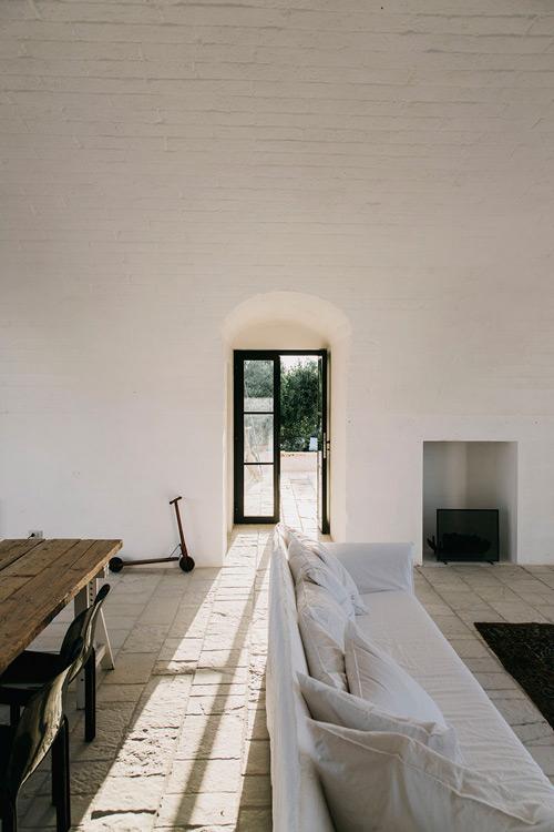 Interiores minimalistas de estilo mediterráneo