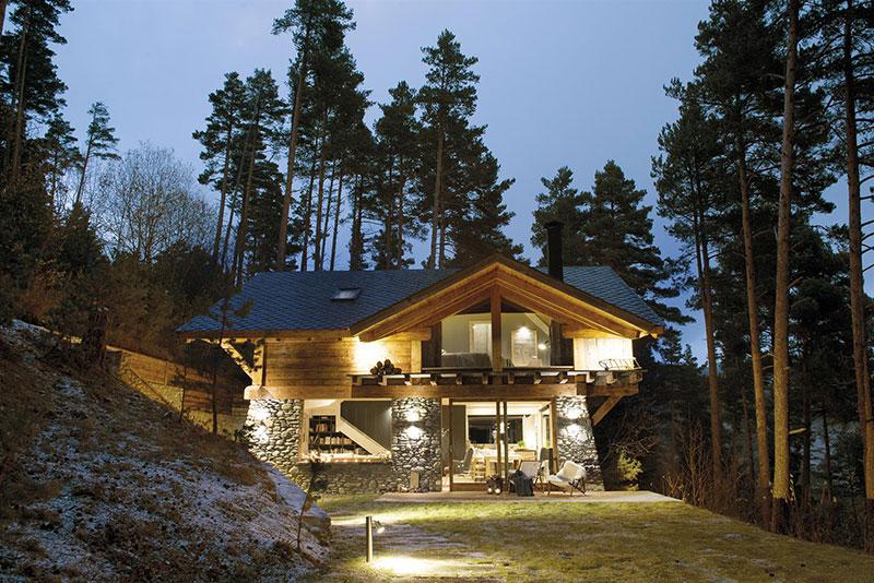 casa de piedra y madera en la montaña