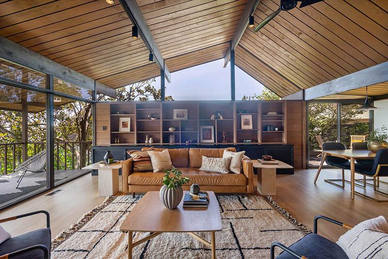 casa de madera con paredes de cristal