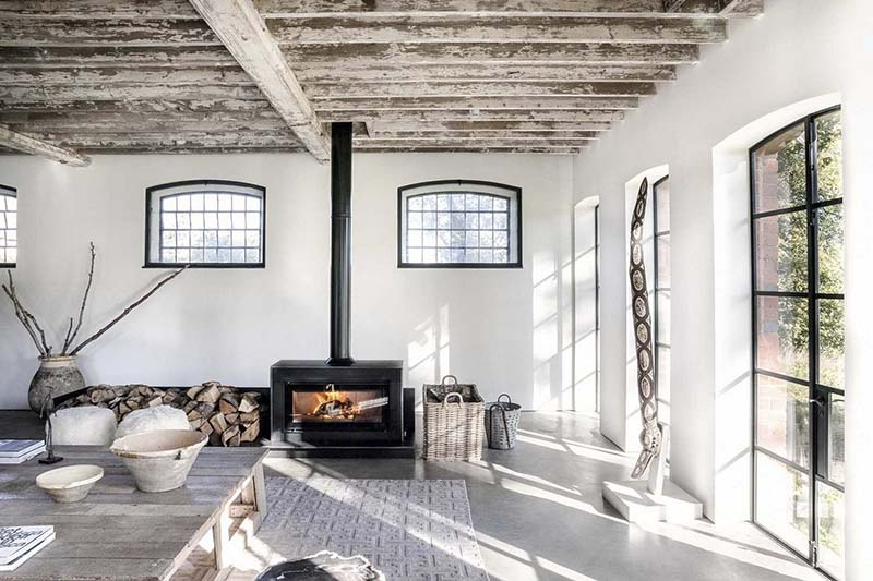 Colores neutros en la decoración de una sala de estar de estilo rústico
