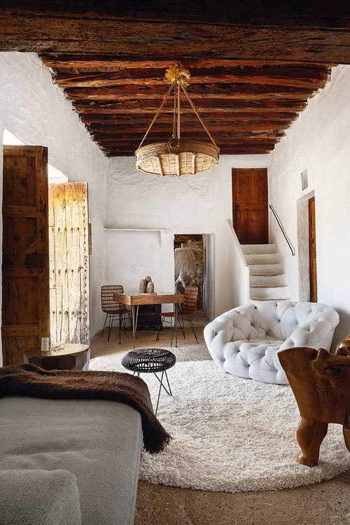 Vigas de madera y paredes de cal blanca en una casa de estilo mediterraneo