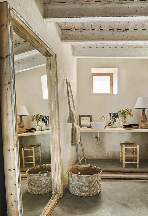 cestas de mimbre en la decoración de baños rústicos