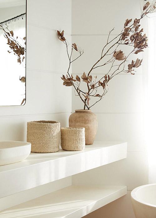 cómo decorar un baño con cestas de mimbre