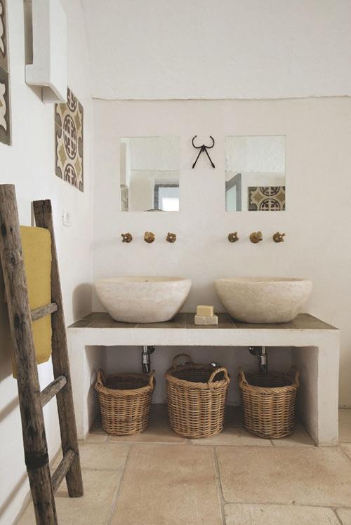 cestas de mimbre para decorar el baño de casa