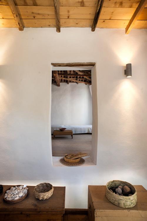 decoración de casas mediterraneas con cestas de mimbre y rattán