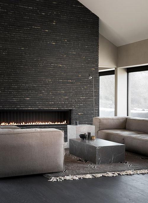 Chimenea de piedra en un salón de diseño moderno