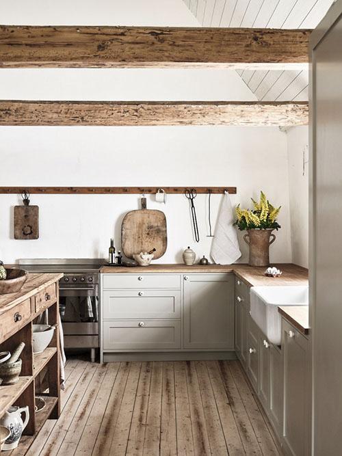 cómo decorar una cocina con tablas de cortar de madera