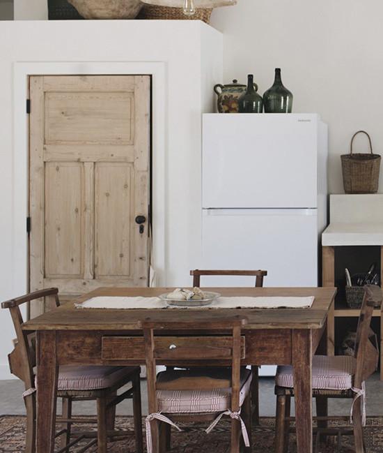 Mesa de madera en un comedor de una casa de campo