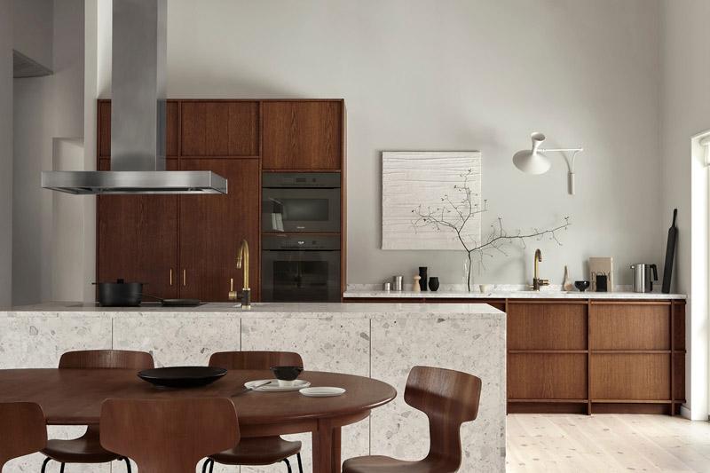 Colores neutros en la pared y muebles de madera en una cocina rústica y moderna