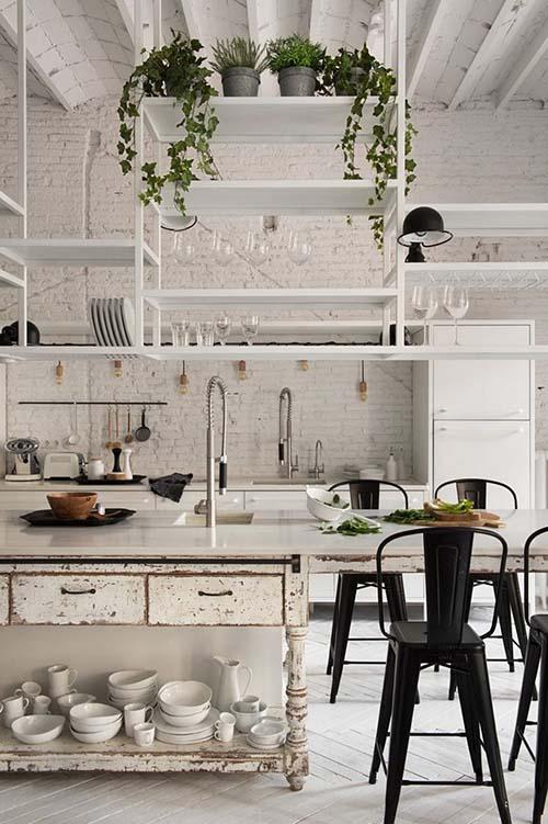 Estantes abiertos en la decoración de una cocina de estilo industrial